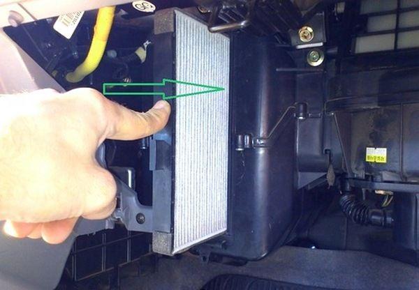 Расположение и особенности замены салонного фильтра в Шевроле Авео. Сроки проведения замены агрегата, рекомендации по выбору расходника. Пошаговое описание процесса по замене фильтра.