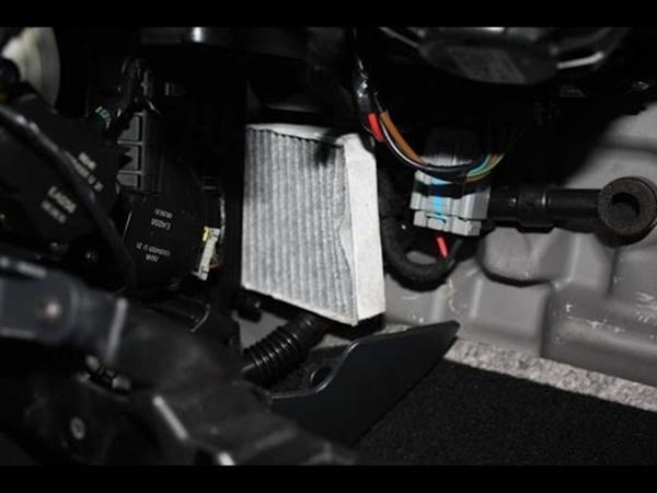 Замена салонного фильтра Renault Fluence