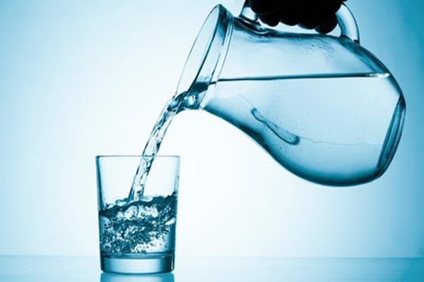 Поступающая из кранов и скважин вода может содержать вредные для здоровья вещества. Соли тяжелых металлов, хлористые соединения причиняют непоправимый вред здоровью. К счастью, существует множество способов очистки воды, чтобы сделать ее безопасной и пригодной к употреблению. Для чего необходимо очищать воду Современные очищающие системы делают воду гораздо чище той, что подавалась в водопроводные краны еще 15 лет назад. Но никто не может дать гарантию того, что вода из городского водопровода абсолютно безвредна и безопасна. Трубы, инженерное оборудование и системы очистки подвержены износу, на них образуется осадок, они выходят из строя. Вот и получается, что фильтровать водопроводную воду просто необходимо, чтобы достичь приемлемой степени очистки. Еще более неприглядная ситуация наблюдается у владельцев собственных домов. Достаточно часто воду для питья берут из скважин или колодцев. Такую воду хвалят за освежающий вкус и естественную минерализацию, но будет ли она безопасной? Иногда с частных скважин берутся пробы воды, но из-за постоянно меняющейся экологической обстановки, такую жидкость нельзя считать питьевой: патогенные микроорганизмы, грязь сточных вод, песок могут сделать потребление воды из внешнего источника опасным для здоровья. Современные технологии очищения В настоящее время существует несколько методов очищения воды. По методу очистки их можно разделить на несколько методов: • Физический: основной метод, позволяющий достичь требуемой степени очистки при помощи системы фильтров; • химический, при котором нужная степень чистоты достигается с использованием химических соединений. Используется для очистки воды в городских сетях; • биологический: используется, как дополнительный этап очистки стоковых вод на промышленных предприятиях. Для этого метода характерно использование специальных бактерий, которые делают воду пригодной для возвращения в естественные водоемы. Остановимся на этих методах подробнее. Физический метод Для этого метода используется про